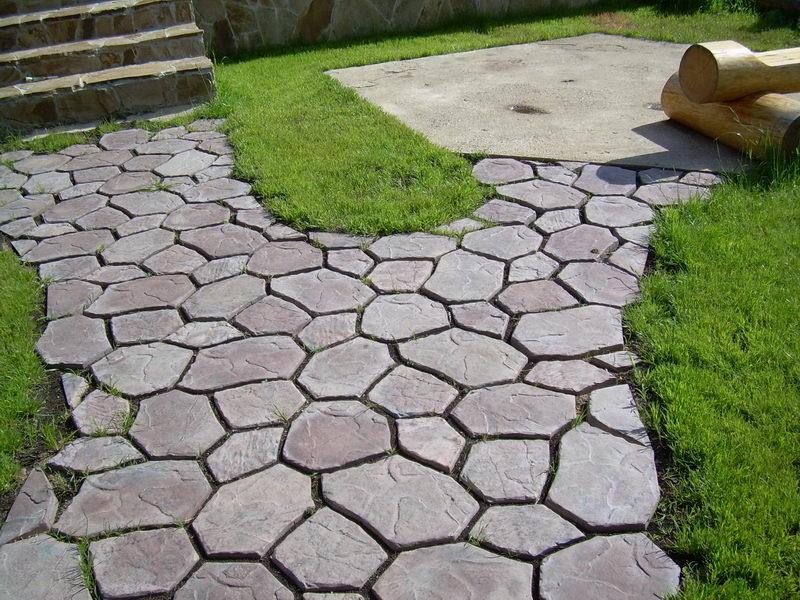 Все больше людей обустраивают дорожки дач и загородных коттеджей при помощи готовых песчано-цементных плиток.
