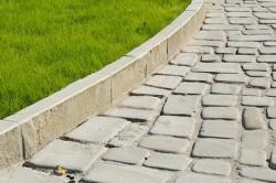 После обустройства основания приступаем к укладке бордюрного камня, который предотвращает расползание и ограничивает площадку.