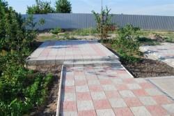Самой популярной и востребованной тротуарной плиткой является брусчатка, которая может быть самой различной формы. Зачастую она бывает прямоугольной (размеры 20х10 см).