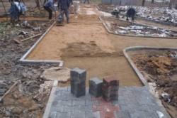 Укладка плитки с подготовкой основания из щебня и песка.
