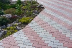 Покрытие тротуара брусчаткой