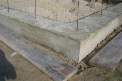 Необходимо позволить сохнуть бетону довольно продолжительный отрезок времени, в течение которого дорожное покрытие ни в коем случае нельзя ничем нагружать и тем более использовать.