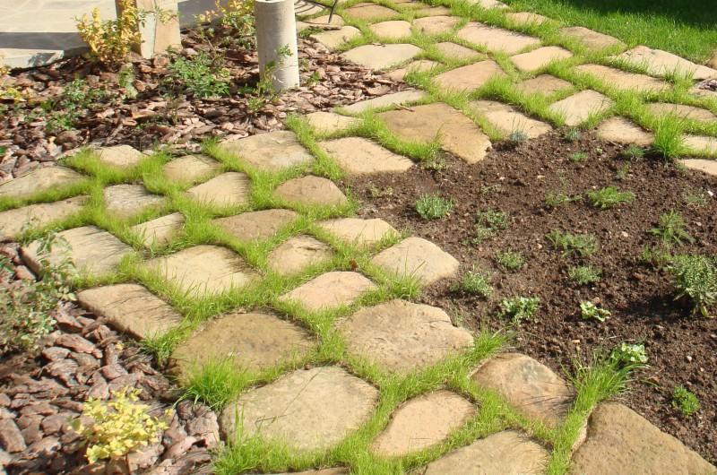 Укладка садовой дорожки из песчаника.