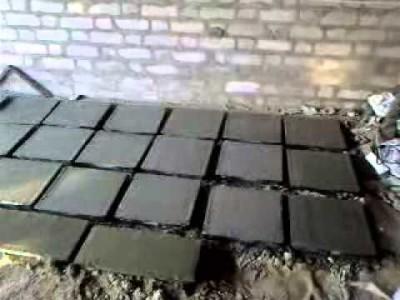 Тротуарная плитка, выложенная для просушки.