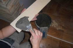 нанесение клеевого раствора на поверхность декоративного камня
