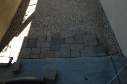 Далее следует очередь брусчатки. Она выкладывается на мокрый песок. Расстояние между каждой плиткой тротуара должно составлять 2-3 мм. Нельзя класть брусчатку без зазоров.