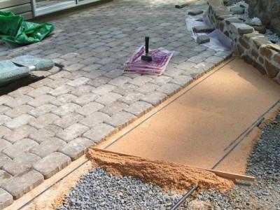 При укладке тротуарной плитки песок послужит в качестве своеобразного плиточного клея, который плотно заполнит промежутки между отдельными составляющими мозаики.ачестве своеобразного плиточного клея, который плотно заполнит промежутки между отдельными составляющими мозаики.