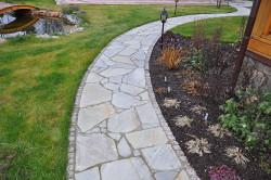 Для того чтобы уложить садовые дорожки, потребуется клей для природного камня.