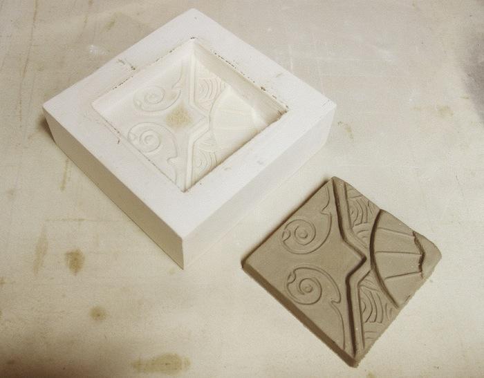 Использовать плитку для настила и хождения, можно не раньше чем через две - три недели, а полный набор прочности бетона с момента отливки наступает через 28 дней.