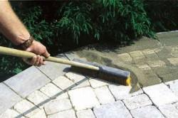 Потолочную плитку перед самой заливкой раствора необходимо обязательно смазать отработкой, чтобы раствор к ней не прилип.