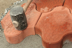 Резиновый молоток в работе с плиткой