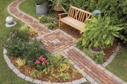 Всего за одни выходные вы можете превратить полосу грязи в элегантную дорожку, способную выдержать что угодно, от шторма зимой до газонокосилки летом.