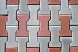 Плитка получается настолько плотной, что не имеет пор, поэтому он отличается низким уровнем водопоглощения и высокой морозостойкостью.