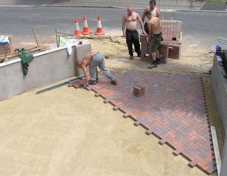 Тротуарная плитка держится дольше, если ее укладывать  в виде формы, представленной на изображении.
