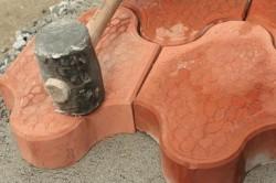 После того как тротуарная плитка была полностью уложена на основание из бетона, необходимо пристукнуть каждый элемент посредством молотка с резиновым покрытием.