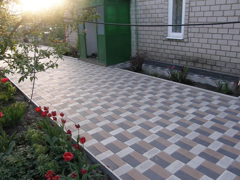 Тротуарная плитка на дачном участке.