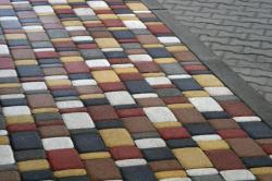 Укладывать плитку тротуарную необходимо с учетом того, что она должна немного выступать над уровнем грунта - приблизительно сантиметра на 3-4.