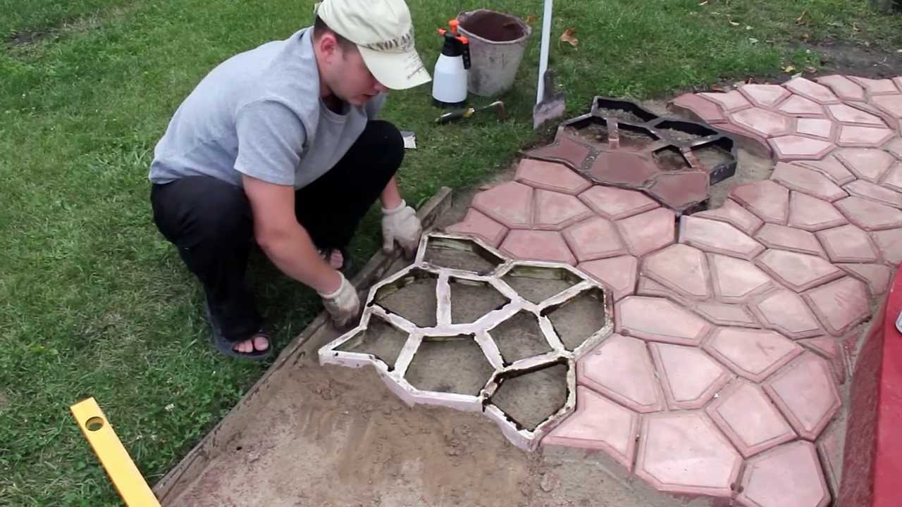 Иногда технология укладки тротуарной плитки включает добавление цемента в песок (1 мешок цемента на 5 песка).