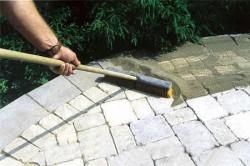Правильно распределенный по стыкам песок будет брать на себя нагрузки, которые приходятся на поверхности примыкающих плиток, сделав покрытие более твердым и надежным.