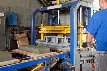 Производство плитки данным способом предполагает наличие всё той же бетонной смеси, только в эту смесь добавляют ещё пластифакторы, тем самым обеспечивая ещё большую прочность.