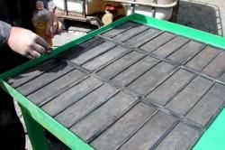 Необходимо максимально точно загружать раствор в формы, в противном случае, если материала было не достаточно, плитка получится разной высоты.