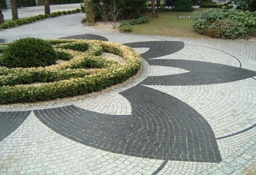 Площадка, выложенная брусчаткой