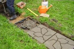 Для начала необходимо изготовить форму для будущей плитки тротуарной. Делается это очень просто: между большими брусками следует расположить маленькие и прибить полученную конструкцию гвоздями на 70.