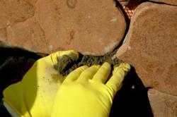 По мере того как укладываете плитку, нужно ставить специальные распорки из дерева, для того чтобы у тротуара были швы.