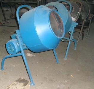 Бетономешалка принудительно-роторная РБП-150/250. Состоит из зафиксированной емкости и рабочих подвижных органов (лопатка-скребок, шнек, сабля и т. д.).