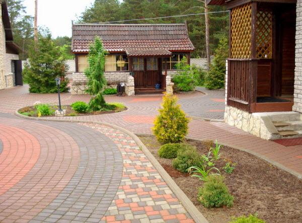 Приусадебный участок, вымощенный тротуарной плиткой