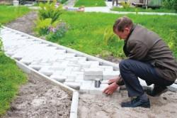 Следующий шаг - укладка сетки. Она также заливается бетоном. После этого формируются уровни основания и уклоны.