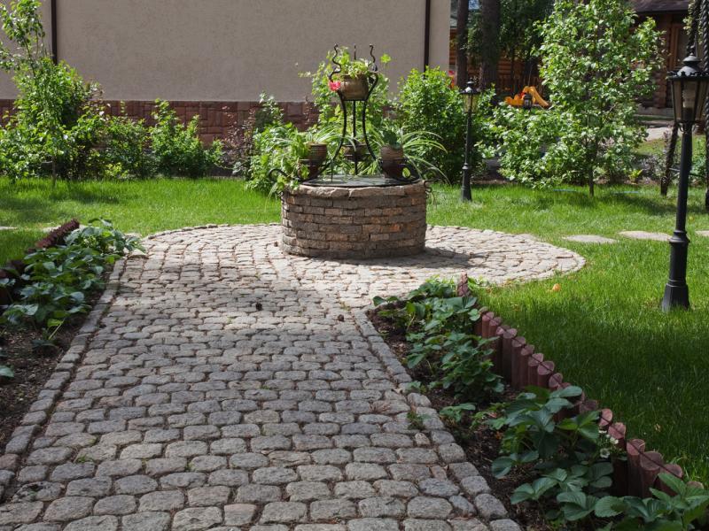 Колотая брусчатка из талькомагнезита является отличным материалом для мощения садовых дорожек.
