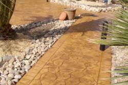 Самостоятельно декорированная бетонная дорожка