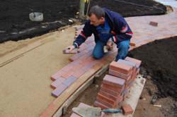 Затем осуществляется кладка элементов на залитый раствор. Кладка остальной части плитки происходит аналогичным образом.