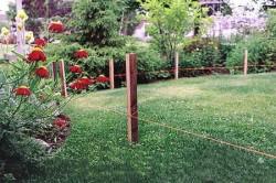 Перед началом работ по укладке основания проводят разметку с помощью колышков и веревки.