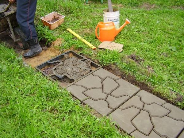 Укладка тротуарной плитки, изготовленной своими руками