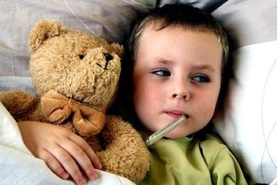 Ребенок, зараженный острой инфекциий, имеет такие симптомы проявления, как лихорадка