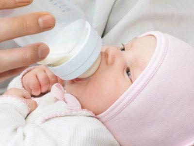 У новорожденных или у детей младшего возраста диспепсические расстройства возникают из-за того, что их кормят не соответствующими по возрасту продуктами