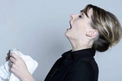 Люди с кишечным гриппом громко чихают и кашляют, у них наблюдается течение из носа