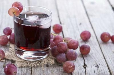 Народные средства от запора у взрослых и детей включают в себя также сок винограда