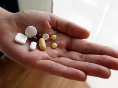 Когда замучила тяжесть в желудке, лечение можно проводить лекарственными средствами, но обязательно после консультации с гастроэнтерологом или терапевтом