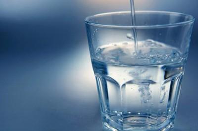 Рекомендуется выпить один или несколько стаканов чистой воды, это прочищает желудочно-кишечный тракт