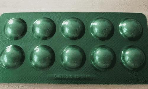 Продукт выглядит как белые таблетки выпуклой формы, сверху покрыты оболочкой, предохраняющей ферменты от желудочного сока