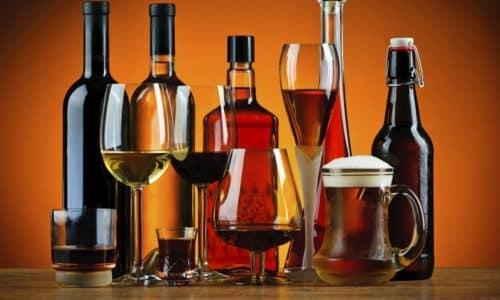 В большинстве случаев причиной развития холецистопанкреатической болезни выступает чрезмерное употребление алкогольных напитков