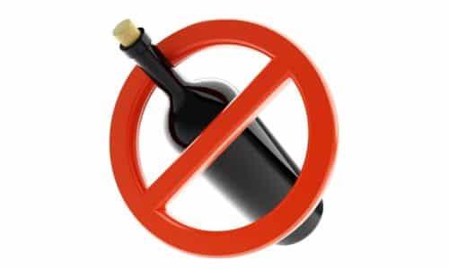 Нельзя одновременно принимать алкоголь и Маалокс. Этанол неблагоприятно сказывается на слизистой оболочке внутренних органов и уменьшает терапевтический эффект медикамента