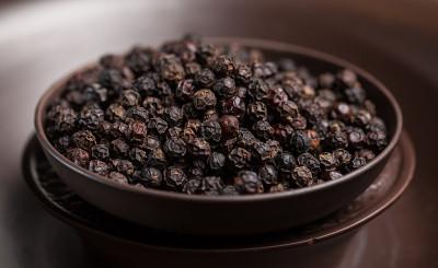 Очень хорошее средство для моментальной остановки диареи - это черный душистый перец целиком