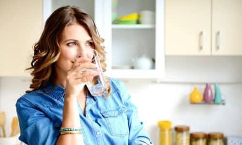 Комплексная терапия включает обильное питье (морсов, отваров, соков, минеральной негазированной воды)
