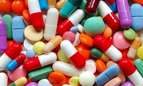 Лечебный курс начинается с приема антибактериальных препаратов