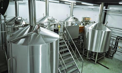 В промышленных масштабах изготовление ряженки происходит путем сквашивания молока при участии кисломолочных бактерий и болгарских палочек