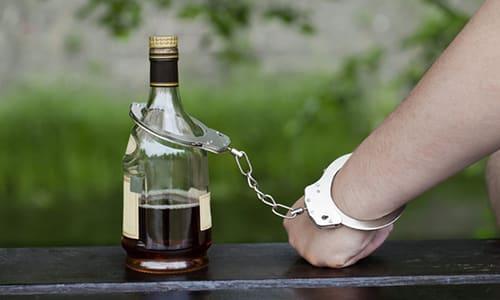 Повышенного наблюдения потребуют ситуации, когда лечение проводят у лиц имеющих хроническую форму алкогольной зависимости
